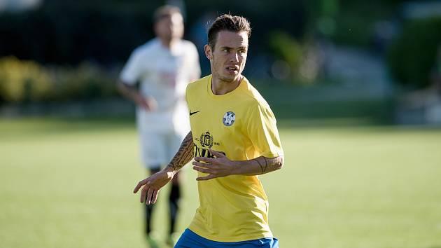 Fotbalisté Kozlovic (ve žlutém) proti Strání. Milan Kadlec