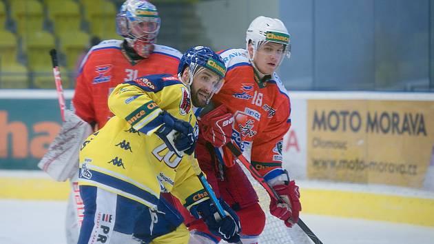 Hokejisté Přerova (ve žlutém) proti Porubě. Ilustrační foto