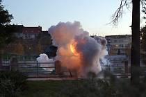 Pyrotechnický efekt ke snímku Sametoví teroristé natáčeli v pátek vpodvečer slovenští filmaři v parčíku v Bezručově ulici v Přerově.
