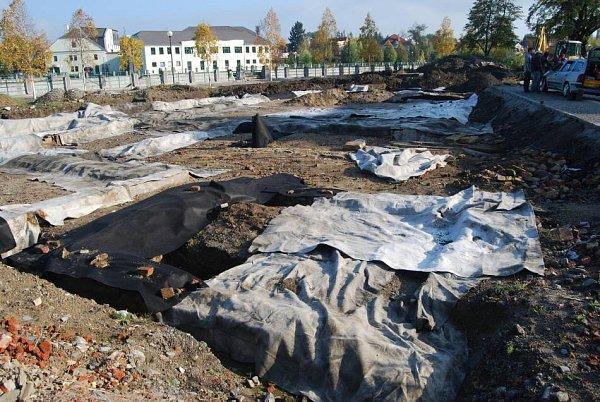 Slavné nálezy archeologů vPřerově byly na zimu přikryty foliemi a zasypány hlínou