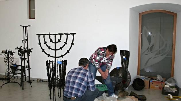 Zaměstnanci Střediska volného času Lipník nad Bečvou vybalují pod dohledem kurátorky výstavy exponáty přivezené z Ybbsitz ze soukromého archivu Alfreda Habermanna