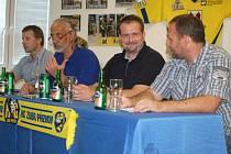 Martin Vojtek při podpisu smlouvy s přerovskými Zubry