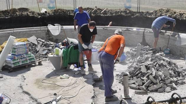 Stavebníci se pustili do oprav kašny v přerovském parku Michalov – kdy budou ale definitivně u konce, je záhadou.