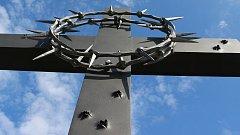 Čtyři metry vysoká kovaná plastika kříže z dílny uměleckého kováře Jiřího Jurdy ml., kterou ukotvili dělníci u lesíku na Švédských šancích, připomíná hrůzný masakr před třiasedmdesáti lety. Měsíc po skončení války zde bylo zavražděno 267 nevinných karpats