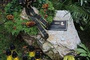 Bývalí i současní zaměstnanci Meopty, ale i přátelé a obdivovatelé Paula Rausnitze zapalují svíčky u pietního místa, které vzniklo u stromu Paula Rausnitze na prostranství před firmou. Podepisují se i do kondolenční knihy na recepci.
