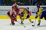 Hokejisté HC Zubr Přerov (ve žlutém) v derby s Prostějovem (4:1).