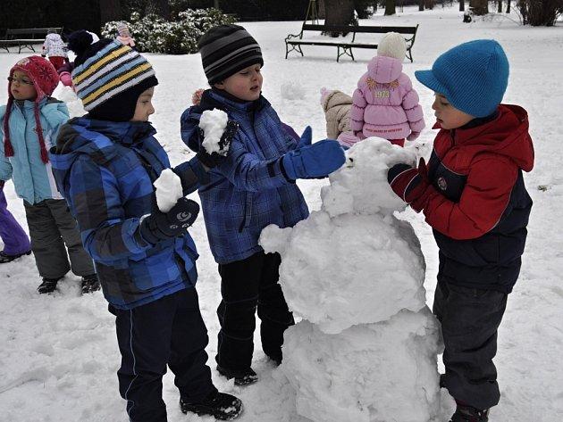 Zimní radovánky dětí v parku Michalov