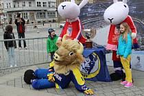 Focení na náměstí TGM v Přerově s maskoty MS v hokeji. Přidal se i maskot přerovského týmu HC Zubr
