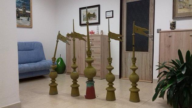 Věžičky na radnici v Dřevohosticích se dočkaly opravy - po sto letech