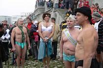 Tradiční otužilecká show v chladných vodách Bečvy.