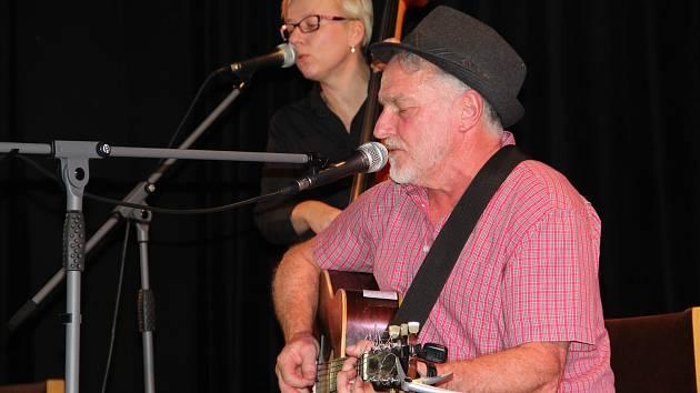 O pohodovou atmosféru sobotního koncertu přerovského Hudboslovení se postaral rodák z Louisiany Jimmy Bozeman, kterého doprovodila kapela The Lazy Pigs.