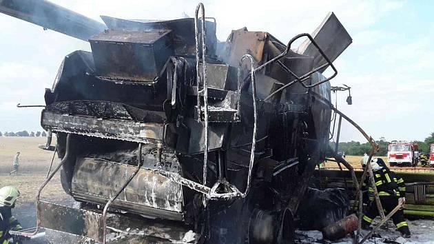 Hasiči likvidovali v úterý odpoledne požár kombajnu na poli u Jezernice. Škoda se vyšplhala na 4 miliony korun.