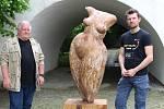 Výstava Galerie města Přerova představuje tvorbu olomouckého umělce a výtvarného pedagoga Radovana Langera a Václava Lemona, který se specializuje na dřevosochání motorovou pilou