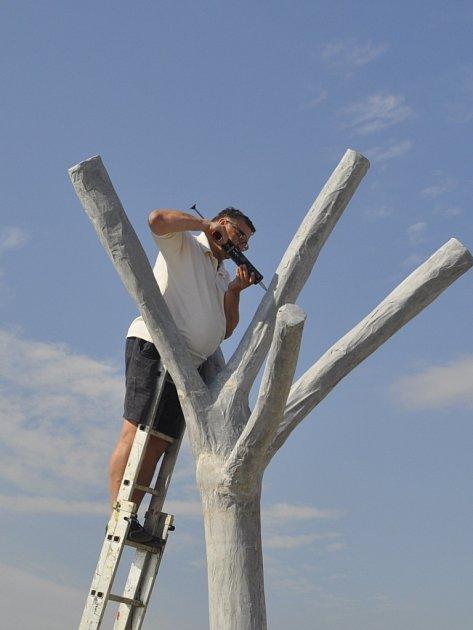 Opravy na jednom zbetonových stromů na Tyršově mostě vPřerově