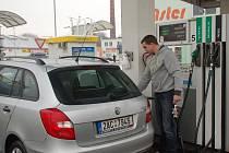 Cenny pohonných hmot lámou v lednu 2012 rekordy – pohled na čerpací stanice v Přerově.