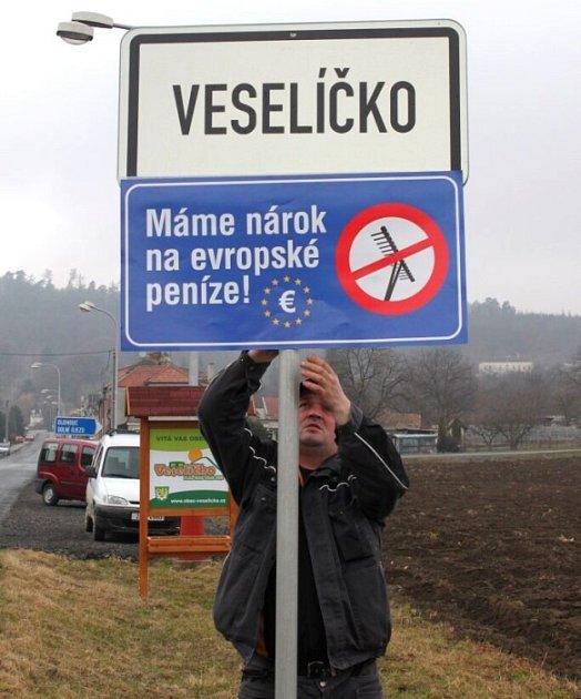 Ve Veselíčku vyvěsil modré protestí tabule technický pracovník obce Jiří Suchánek.