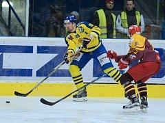 Hokejisté Přerova (ve žlutém) v posledním kole WSM ligy proti Dukle Jihlava.