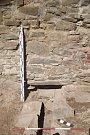 Konstrukce pozdně gotického kanálku, odvádějícího vodu zpalácového nádvoří skrze hradební zeď přes parkán do hradního příkopu.