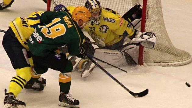 Hokejisté Přerova (ve žlutém) padli ve Vsetíně 1:3.