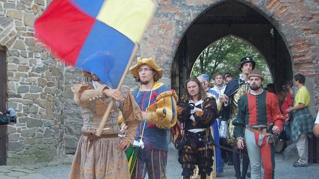 Průvod Petra Voka z Rožmberka s jeho chotí Kateřinou z Ludanic mohli v sobotu večer obdivovat návštěvníci hradu Helfštýna. Na devatenáctý ročník tradičního Hradního bálu se přišlo podívat přes sedm stovek návštěvníků.