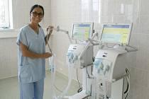 Staniční sestra Silvie Nevralová s novými dýchacími přístroji