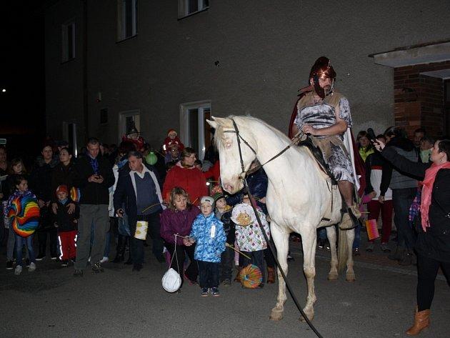 Martin na bílém koni vedl průvod, v Kokorách pak začalo i sněžit.