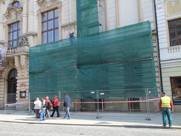 Na Městském domě v Přerově je lešení. Statici totiž secesní budovu v centru města zajišťují ocelovými lany