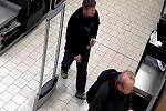 Policie prosí o pomoc veřejnost, která by mohla pomoci při ztotožnění muže, který v březnu v jednom z přerovských marketů odcizil láhev vodky.