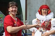 Marta Miková je v Přerově duší řady akcí, spojených s folklorem - nechybí na tradičním vodění medvěda, ale pomáhá i s organizací festivalu V zámku a podzámčí.