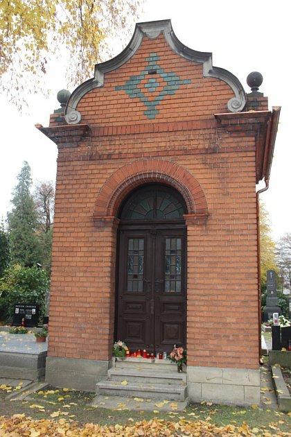 Do takzvané červené kaple na přerovském hřbitově byly letos převezeny ostatky žen a dětí, zavražděných během masakru na Švédských šancích.