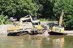 Koryto řeky Bečvy v Přerově v těchto dnech brázdí kráčející bagry, které odhrnují nánosy štěrku. Pravidelná srážka na jezu potrvá do pátku 30. července.