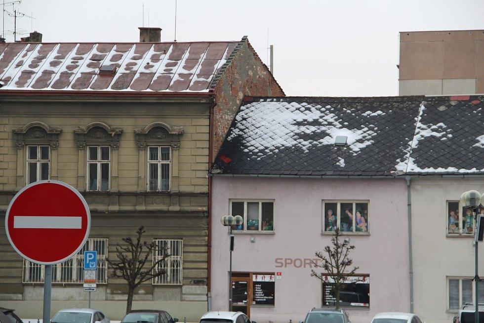 Pozor na sníh a led padající ze střech