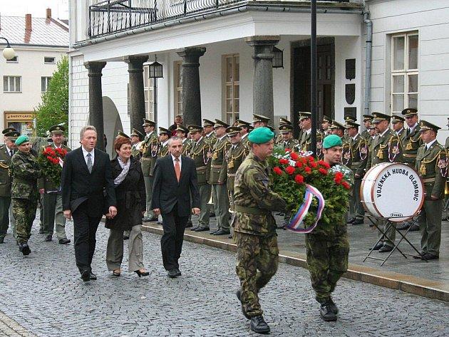 Výročí 65 let od konce války oslavili v Lipníku nad Bečvou. Na náměstí nastoupili vojáci 101. spojovacího praporu a zahrála Vojenská hudba Olomouc