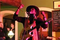 Americký kytarista a zpěvák LeBurn Maddox rozproudil publikum v Restauraci Pivovar v Přerově při svém pondělním vystoupení.