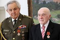 Paul Rausnitz (vlevo) a Vojtěch Obrtel dostali na přerovském zámku Medaili k 70. výročí ukončení války. Předal jim je generální konzul ruské ambasády.