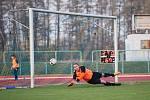 Fotbalové derby mezi domácím Přerovem a Kozlovicemi ovládla 2:1 Viktorka. Petr Bělík kryje volný přímý kop. Foto: Deník/Jan Pořízek