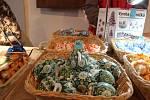 Techniky zdobení kraslic, umění košíkářství nebo kovářů - nejen to nabízí velikonoční Helfštýn. Tradiční jarmark s doprovodným programem začal na Velký pátek a potrvá až do Velikonočního pondělí.