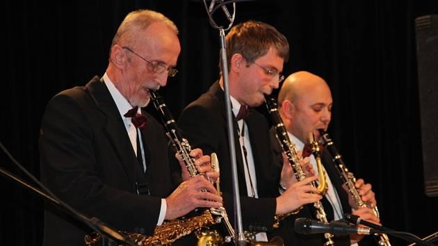 Swingový večírek v podání dvou skvělých orchestrů – přerovského Academic Jazz bandu a swingbandu z Olomouce si užili v pátek večer posluchači, kteří zavítali do klubu Teplo v Přerově.