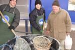 Vánoční prodej živých ryb začal v Přerově již minulý týden. Podle Jiřího Zahradníčka z Rybářství Tovačov je největší zájem o kapry, výjimečně o amury.