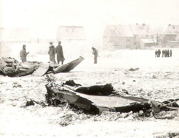 Mig 21Jiřího Ovíska dopadl 17.ledna roku 1979za vesnici Dolní Němčí. Na snímku hlídají trosky letadla vojáci.