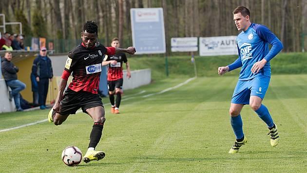 Fotbalisté Kozlovic (v modrém) proti B-týmu Opavy. Bidje Manzia