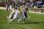 Fotbalisté Přerova (v bílém) v derby proti Kozlovicím.