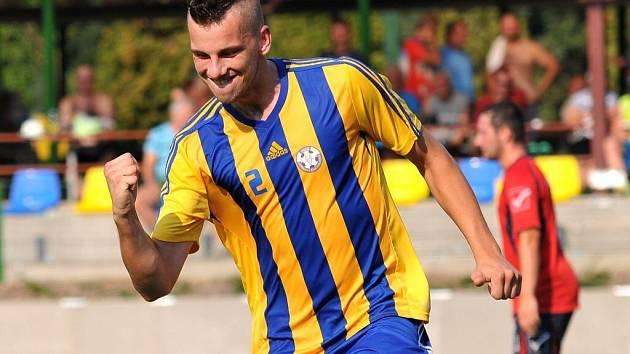 Radek Janoštík. Fotbalisté Kozlovic (žluto-modrá) proti Polné