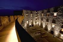 Hrad Helfštýn - zrekonstruovaný renesanční palác v nočním nasvícení