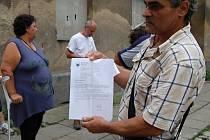 Škodova ulice v Přerově - Romové podali trestní oznámení na neznámého pachatele. S obyvateli ghetta diskutovali v pondělí zástupci opoziční strany Společně pro Přerov