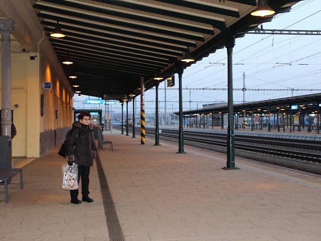 Kvůli výhrůžce neznámého anonyma, která uzavřela hlavní nádraží v Olomouci, Ostravě, Brně či Prostějově, nabraly vlaky zpoždění. Na opožděné spoje museli čekat i cestující v Přerově.