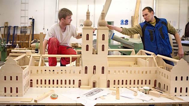 Model typického středověkého kláštera včetně vybavení jednotlivých místností a figurek mnichů vyrábí studenti Střední řezbářské školy v Tovačově.