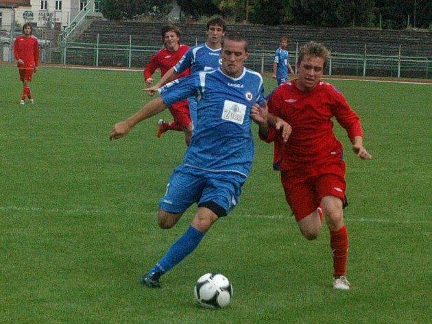 Fotbalisté Přerova (v modrém) proti Třebíči