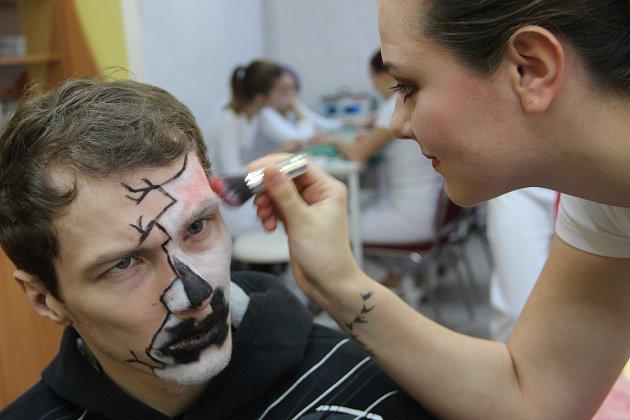 Studentky ze Šířavy líčily klienty Aktivačního centra Jsme tady na halloweenskou party