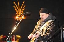 Advent na náměstí T. G. Masaryka v Přerově – přerovští Travellers, kteří hrají známé songy šedesátých let, a Elvis Presley Revival.